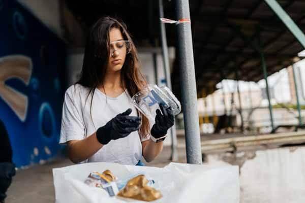 Mujer resiclando